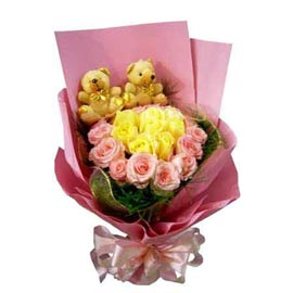 Gift online teddy n flowers arranged in paper bunch in kanpur