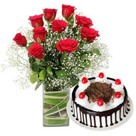 Send online black forest cake n red roses in glass vase in kanpur