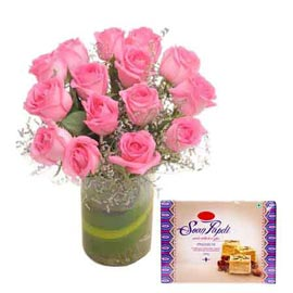 Send online pink roses in vase n soan papdi pack in kanpur