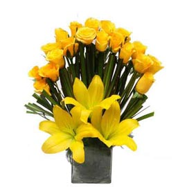 send  yellow mix flowers glass vase xpress delivery in Kanpur