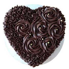 Send online spl dark chocolate heart cake delivery in kanpur